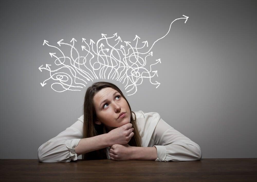 mulher com expressão de dúvida e ilustração sobre solução de problemas