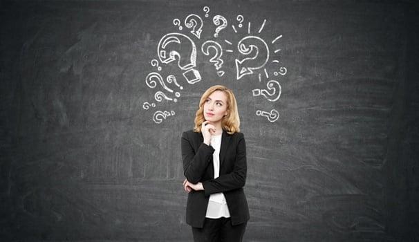mulher profissional com expressão de dúvida e ilustração de pontos de interrogação