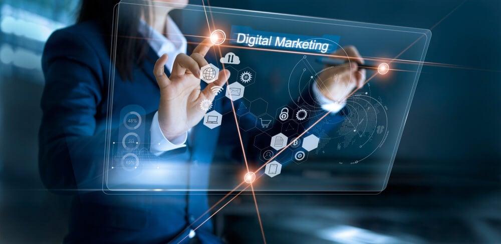 mulher profissional de marketing digital assinalando painel luminoso com título