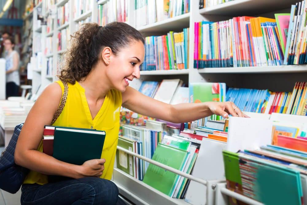 mulher sorridente em feira de livros