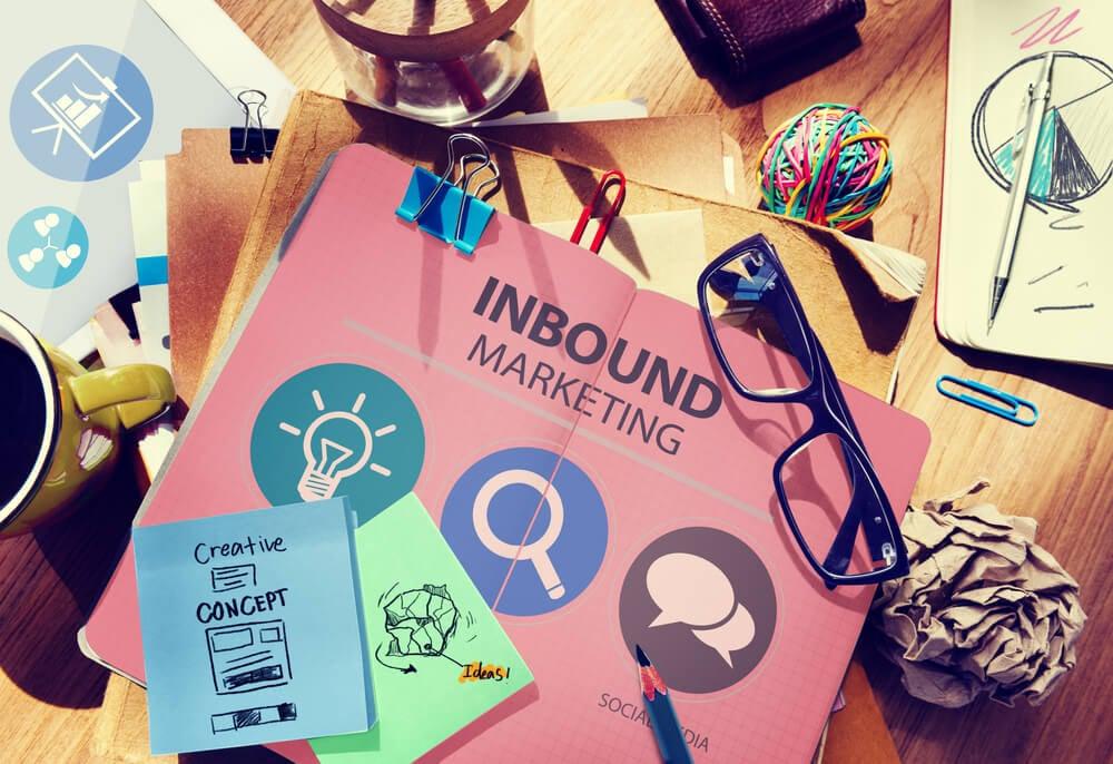 papeis com anotações sobre inbound marketing na área imobiliaria