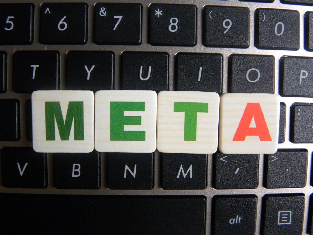 peças montando a palavra META sobre telcado de laptop