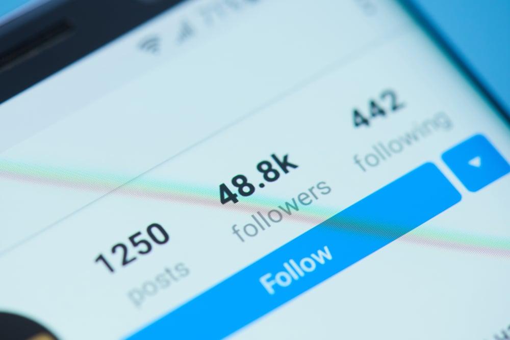 perfil em aplicativo instagram focando em numero de seguidores em tela de smartphone
