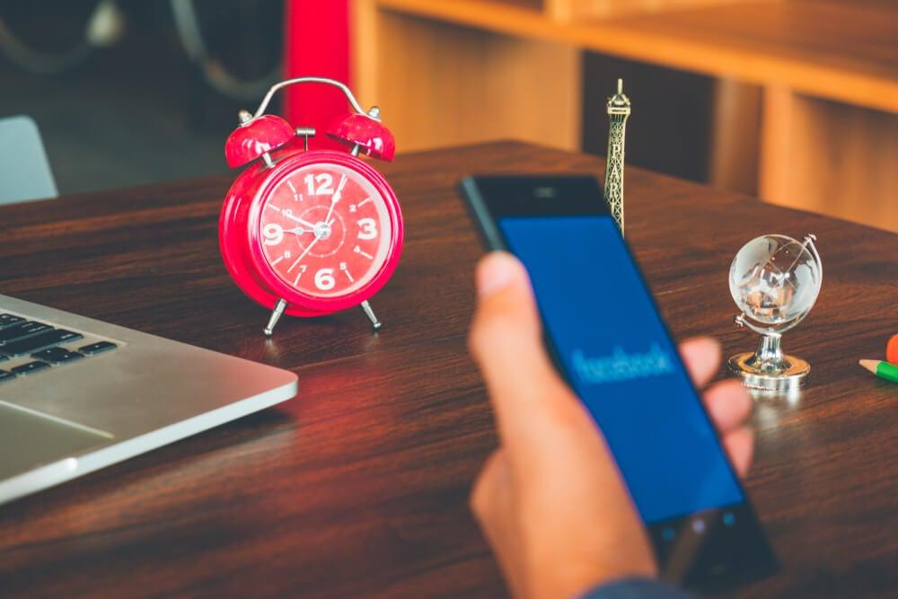 primeiro plano de smartphone e segundo relógio