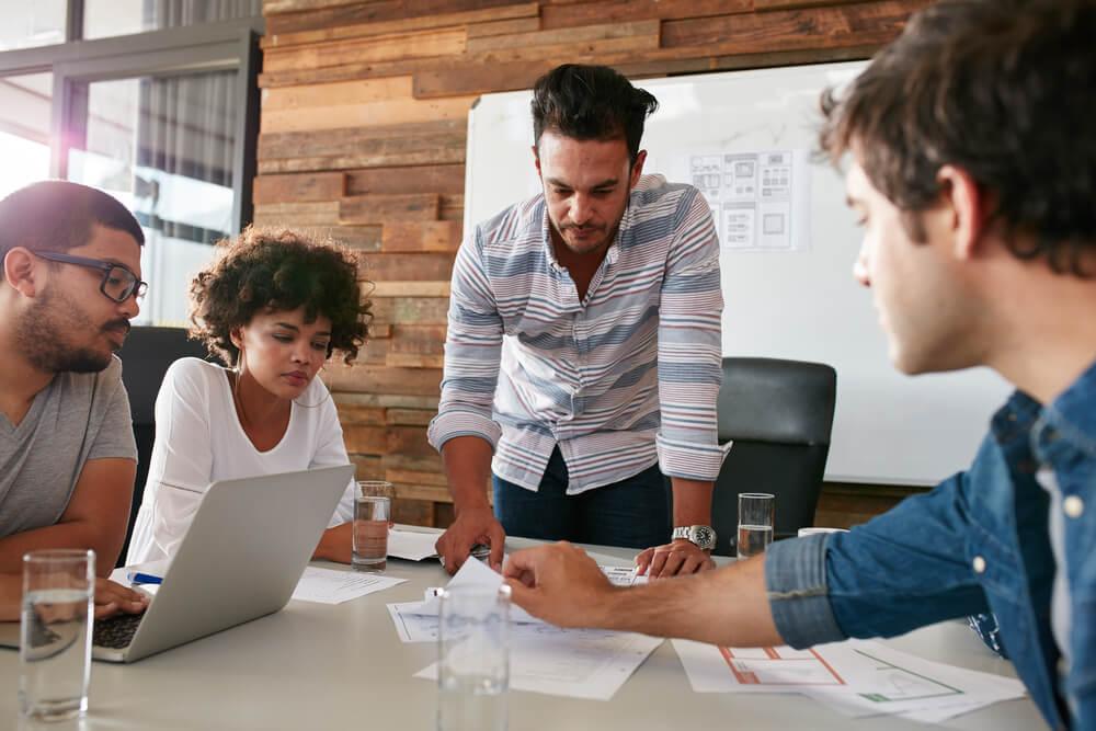 profissionais discutindo estrategias de trabalho em escritorio
