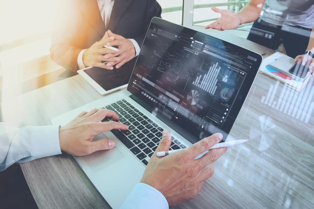 profissional de analise de dados e sistemas de informação em frente a laptop