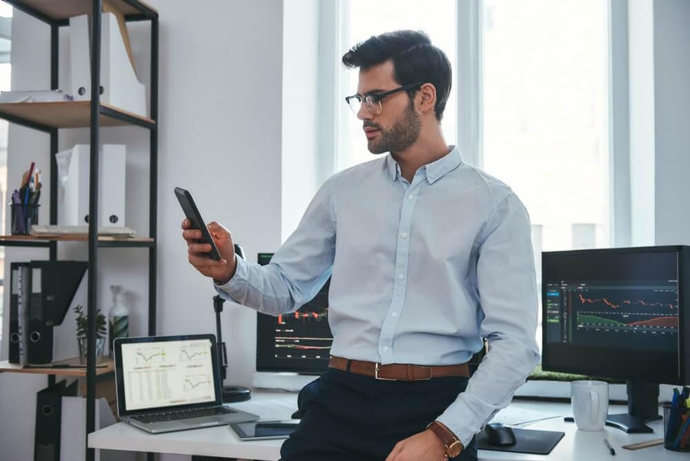profissional de analise de midias sociais acesando smartphone