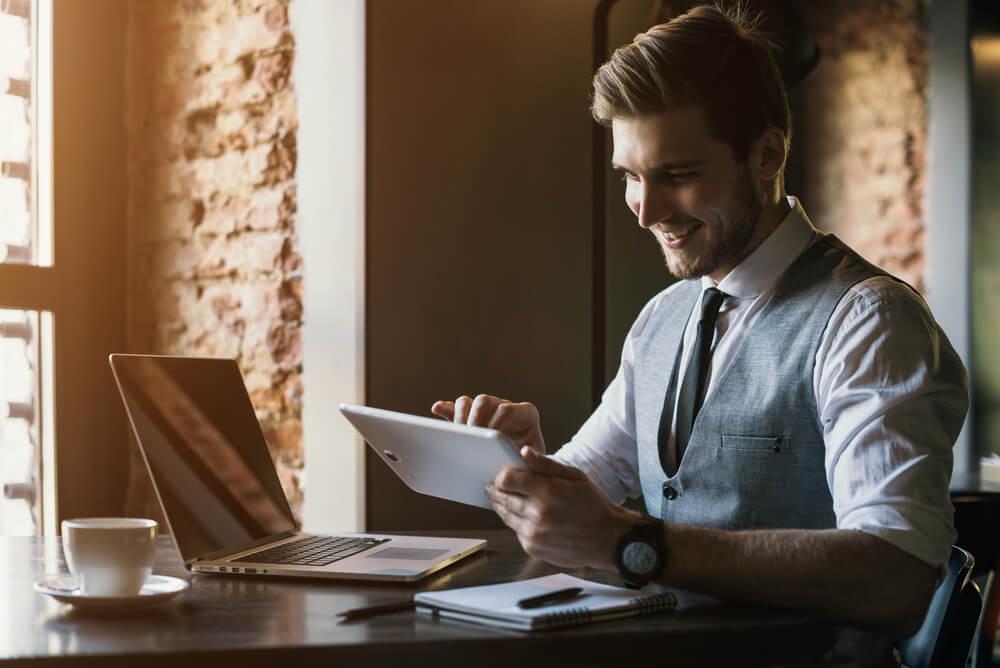 profissional de negócios sorridente ao usar tablet