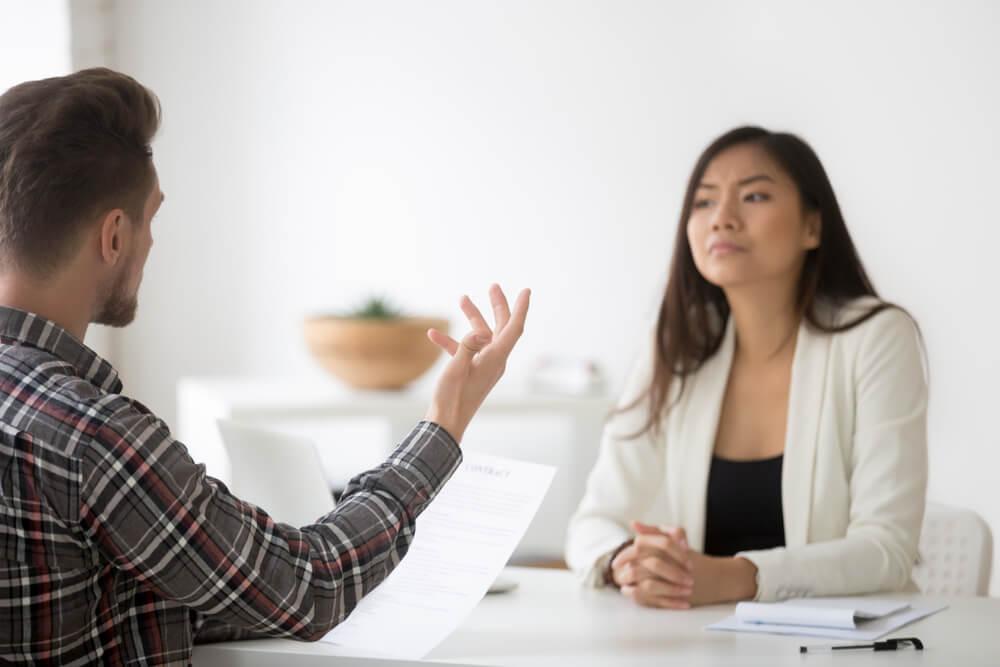 profissional de vendas apreensiva ao receber reclamaçao de cliente