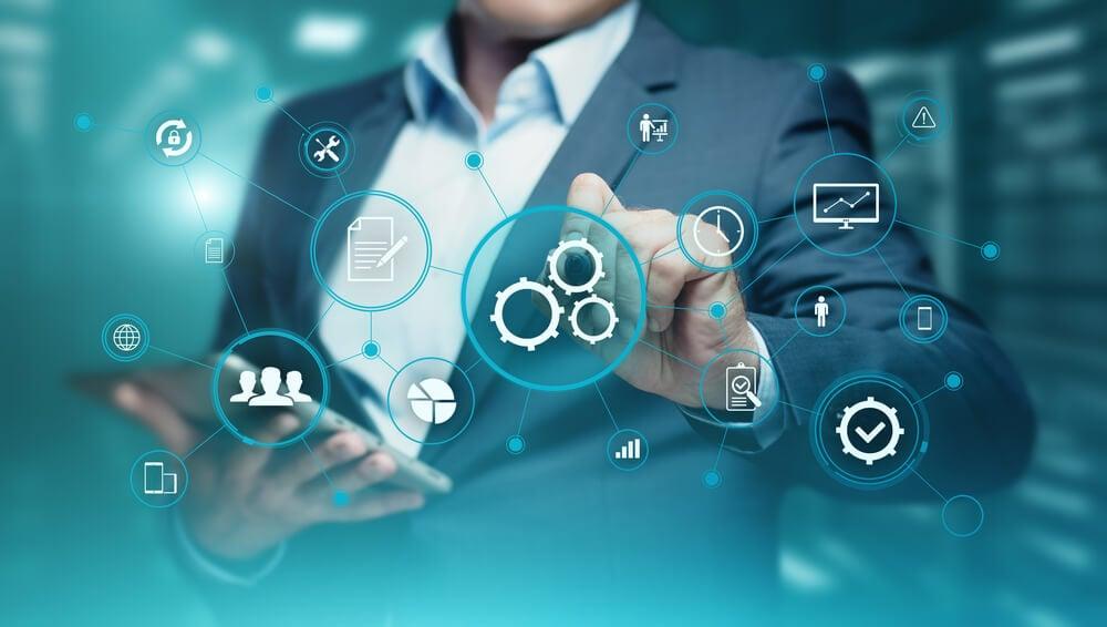 profissional e símbolos referentes a automação de servicos