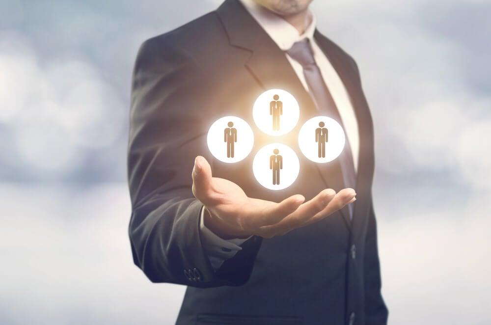 profissional executivo assinalando clientes
