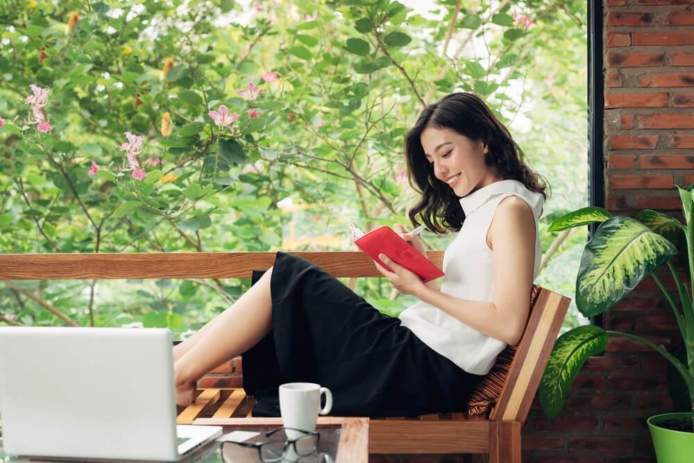 profissional lendo livro sobre empreendedorismo
