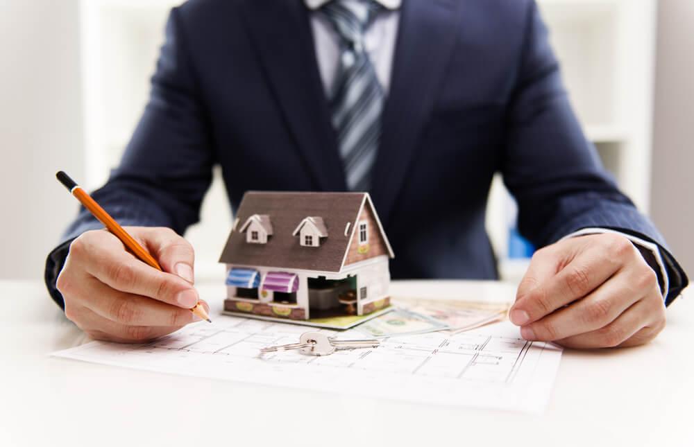 profissional mensurando resultados do marketing imobiliário