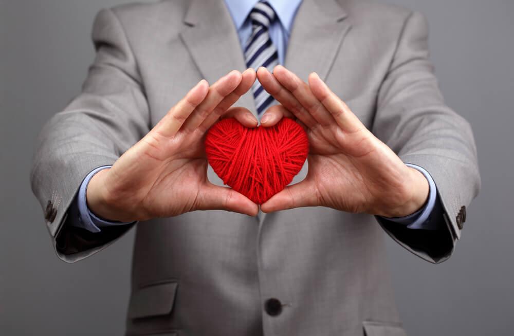 profissional segurando coração de recido