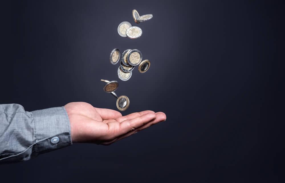profissional segurando moedas