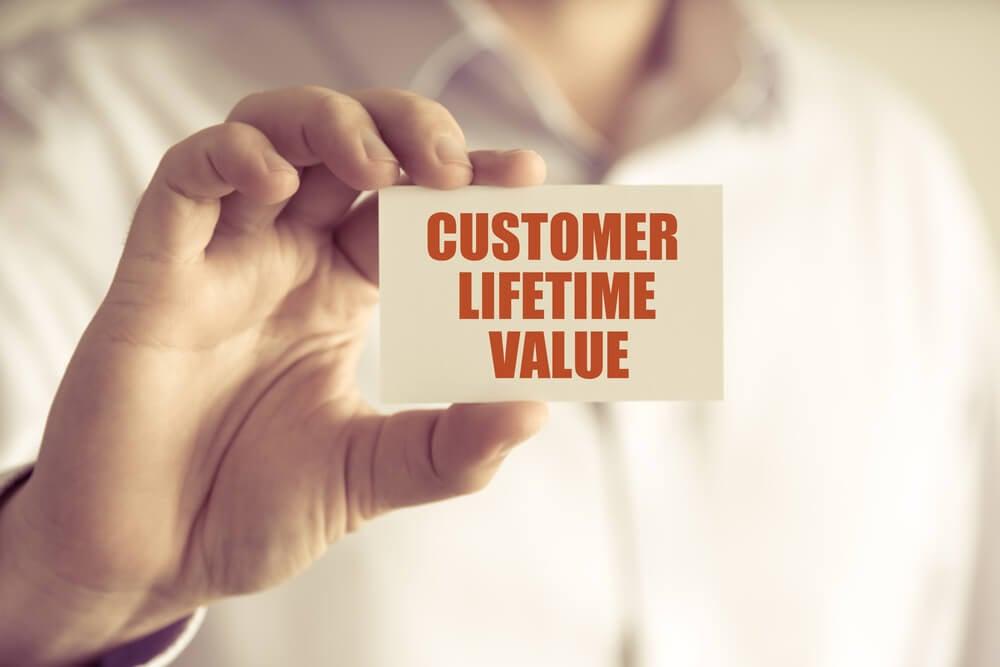 profissional segurando papel com título customer lifetime value