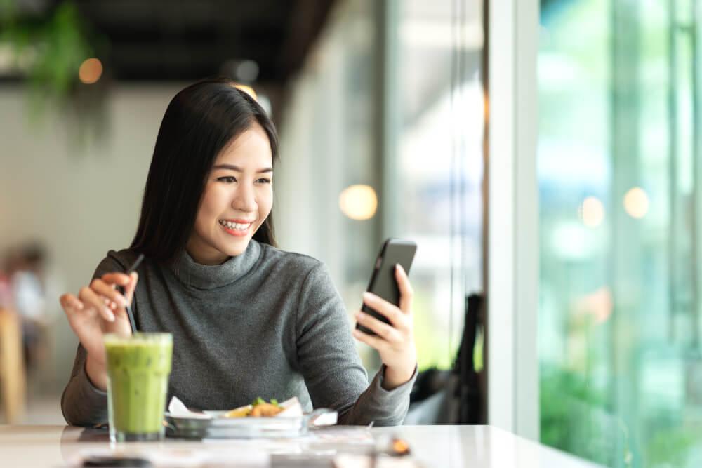 profissional sorridente trabalhando em smartphone