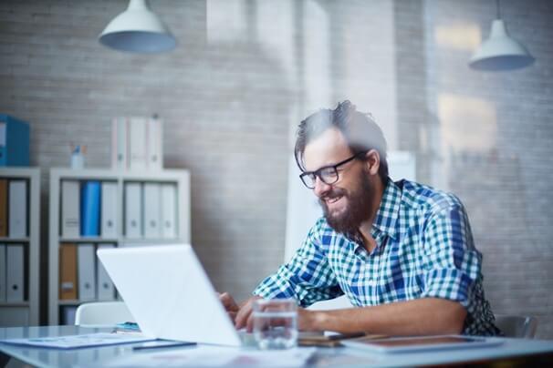 profissional sorridente trabalhando na criação de personas