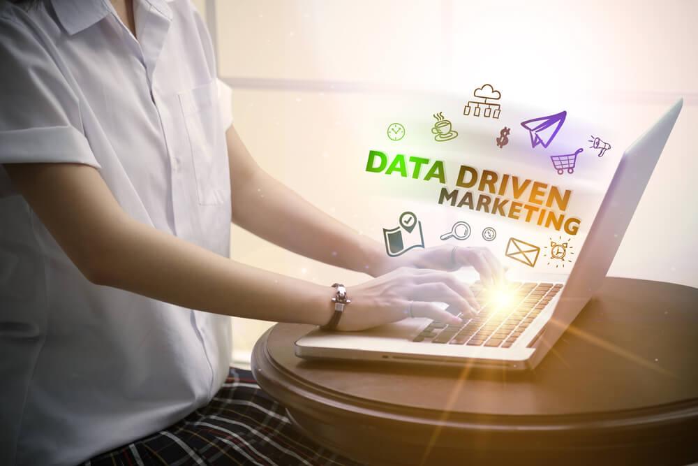 profissional trabalhando em laptop e título data driven marketing
