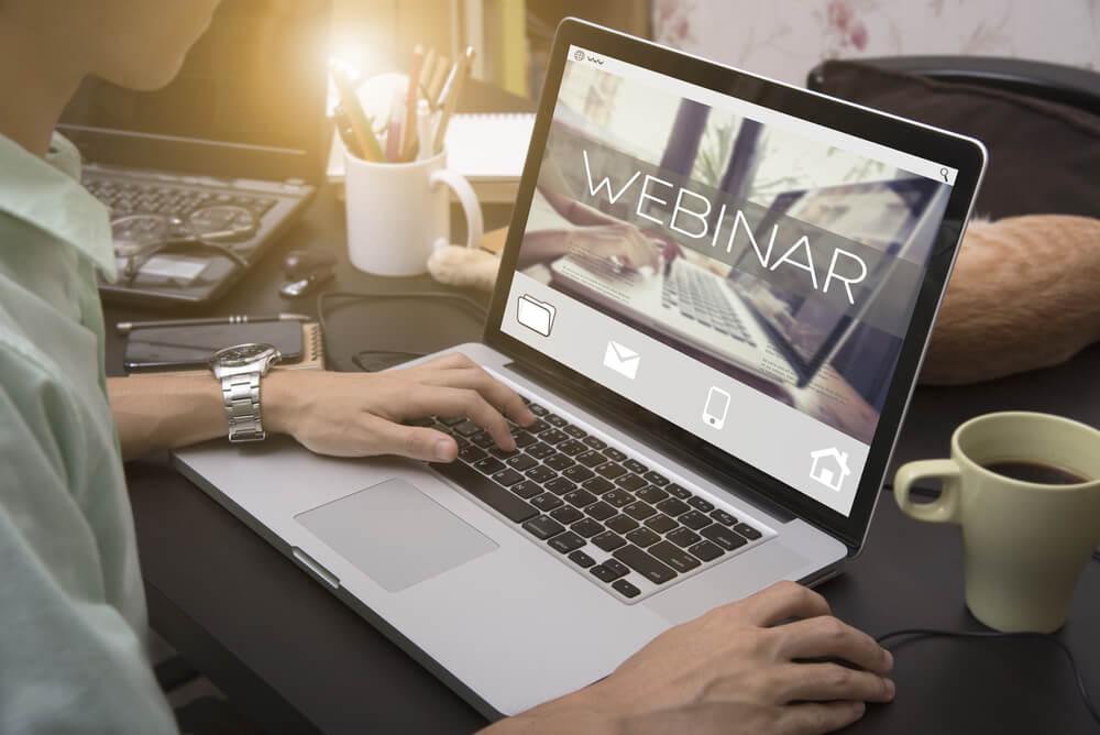 profissional virtual acessando webinar por laptop