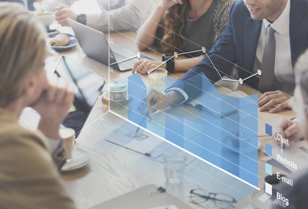 projeção de análise de gráficosem mesa de reunião