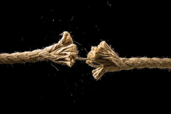 representação de fraquezas em imagem de corda a pouco de arrebentar