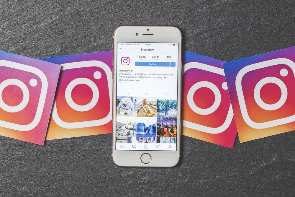 smartphone com acesso ao Instagram e logotipos