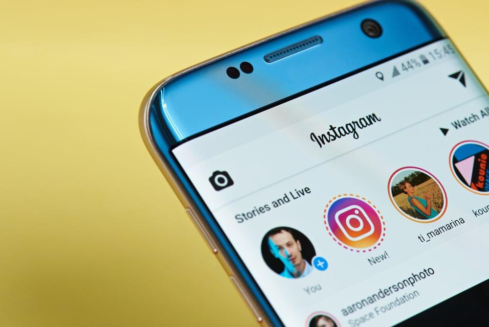 smartphone com aplicativo instagram em tela na opçao de stories