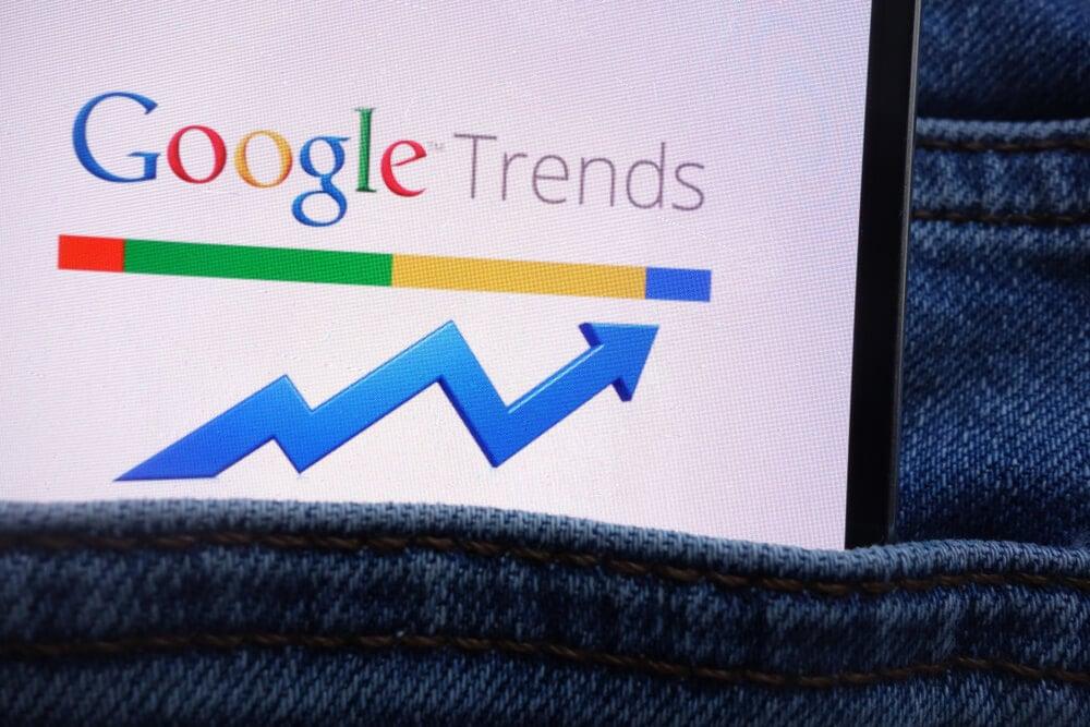 smartphone em bolso de calça com a palavra google trends em tela