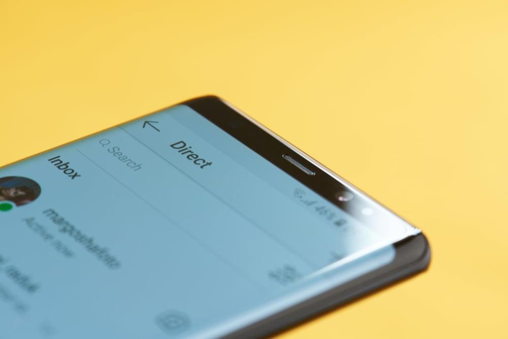 tela de smartphone no aplicativo instagram em funçao de mandar mensagens diretas