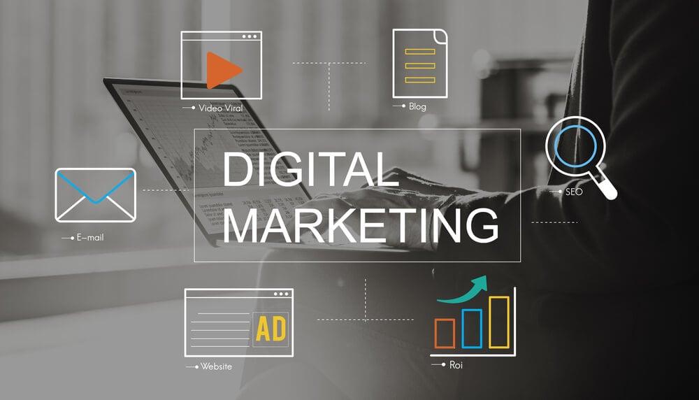 título marketing digital sob imagem de laptop e ilustrações de símbolos relacionados