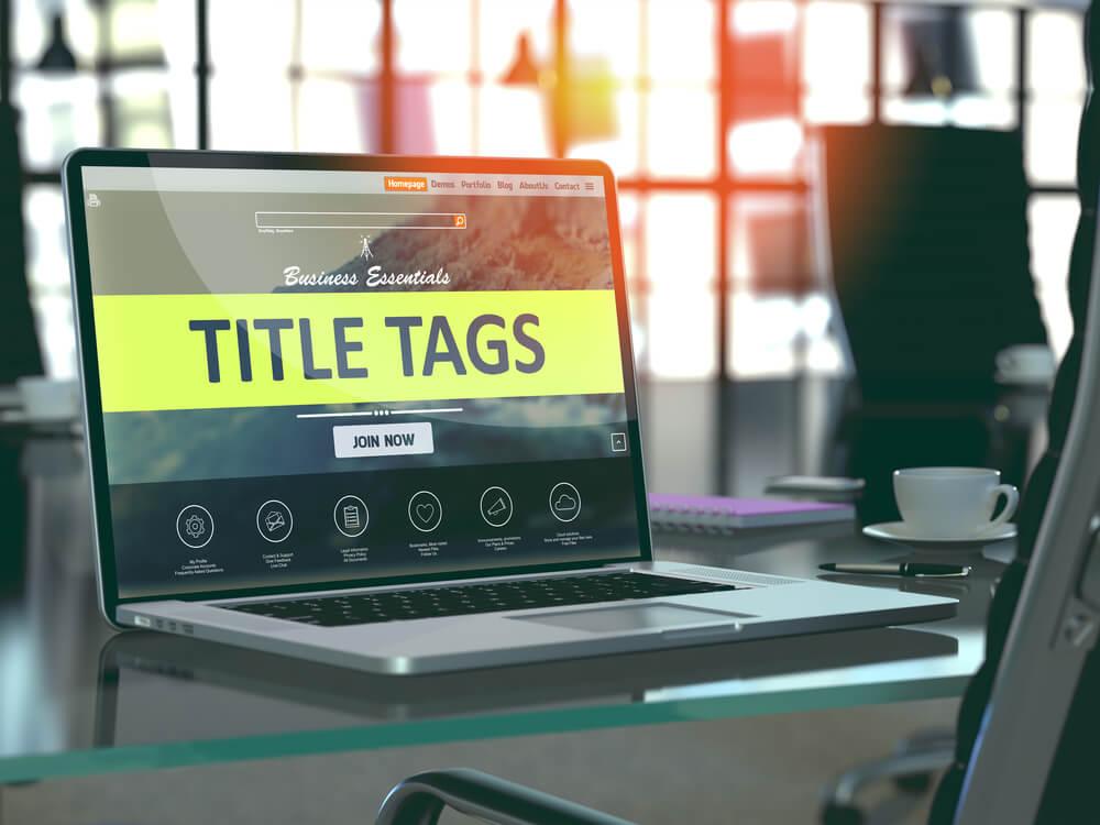 título TITLE TAGS em laptop
