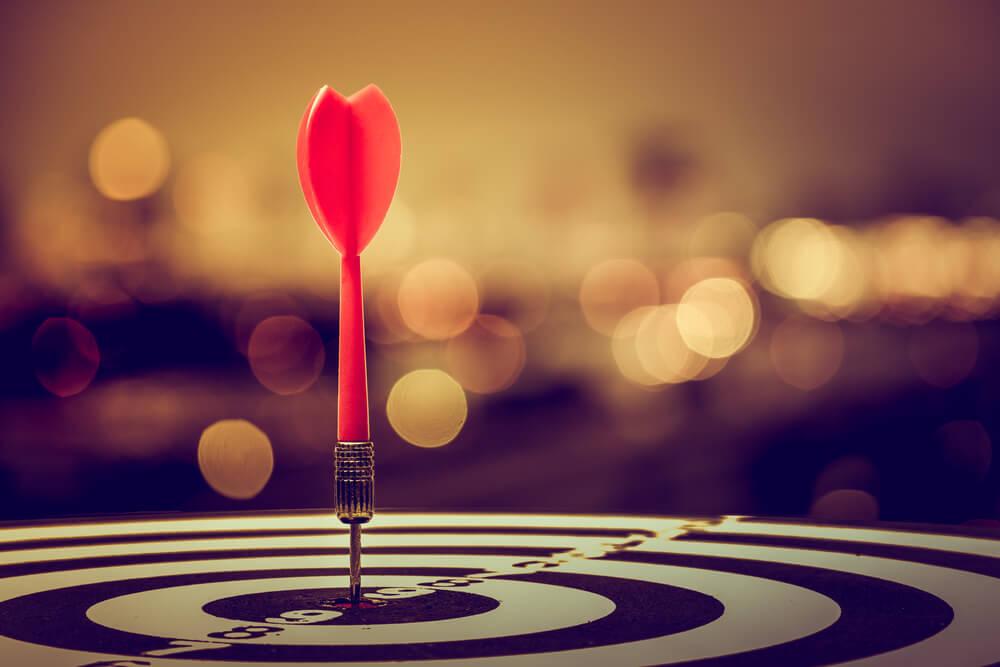 alvo com dardo representando objetivos o marketing