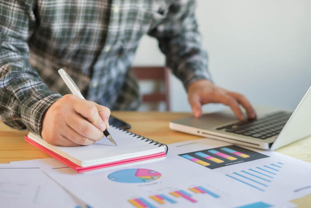 anotações sob mesa sobre planejamento e gráficos