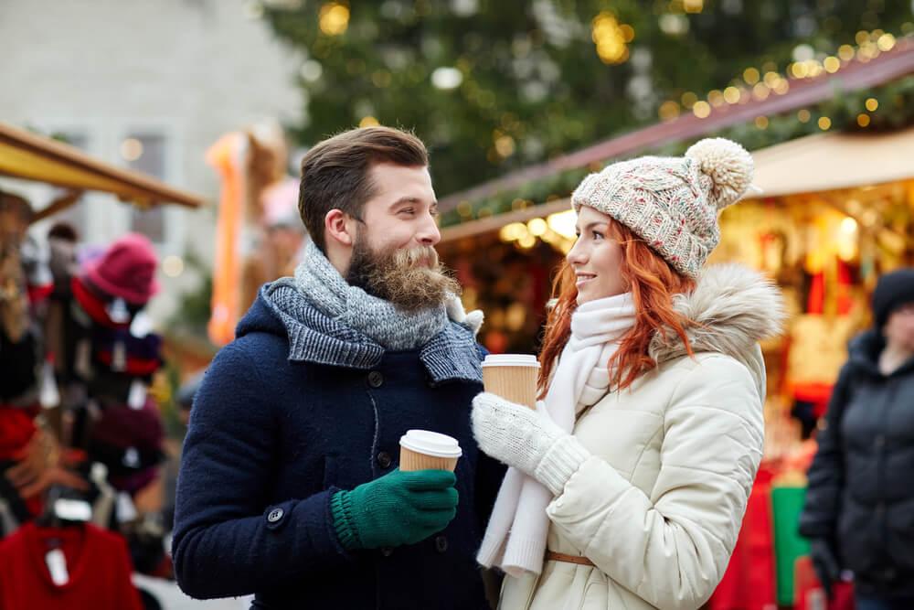 casal em local turístico de inverno