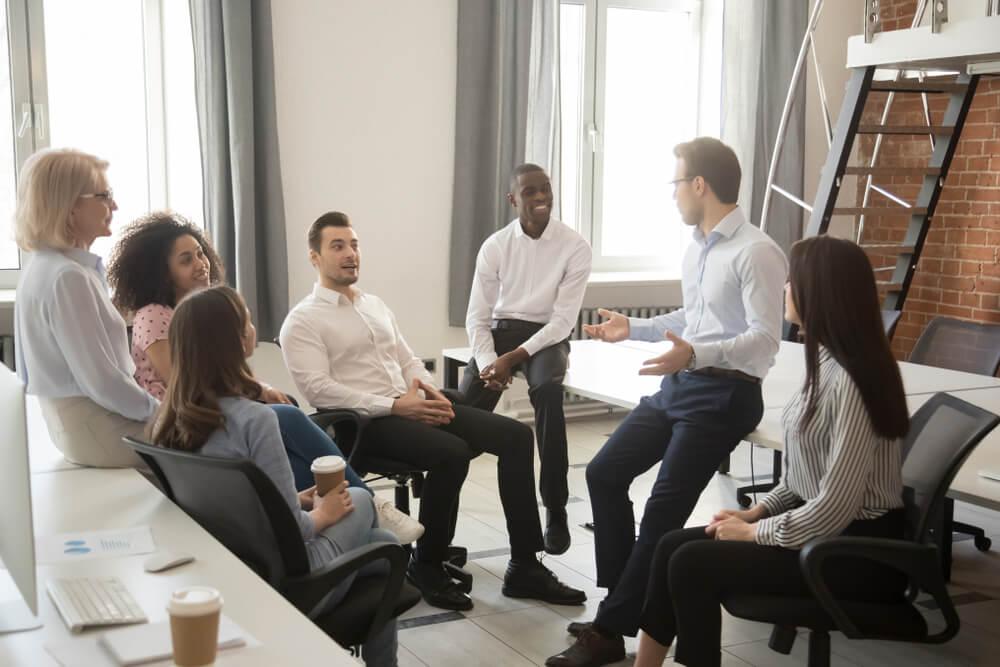 CEO em meio a conversa descontraida com funcionarios de empresa