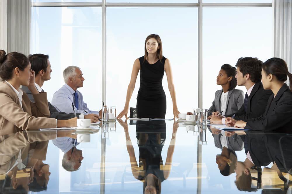 CEO em meio a reuniao com empregados de empresa