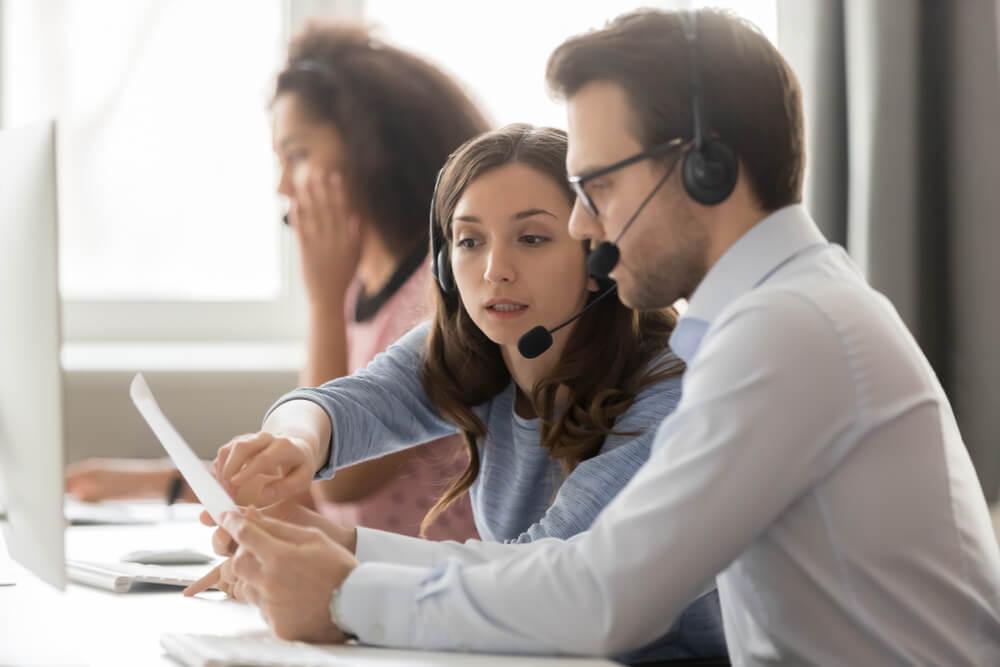 colegas de trabalho profissionais na area de vendas por telefone discutindo tecnicas de trabalho em escritorio profissional