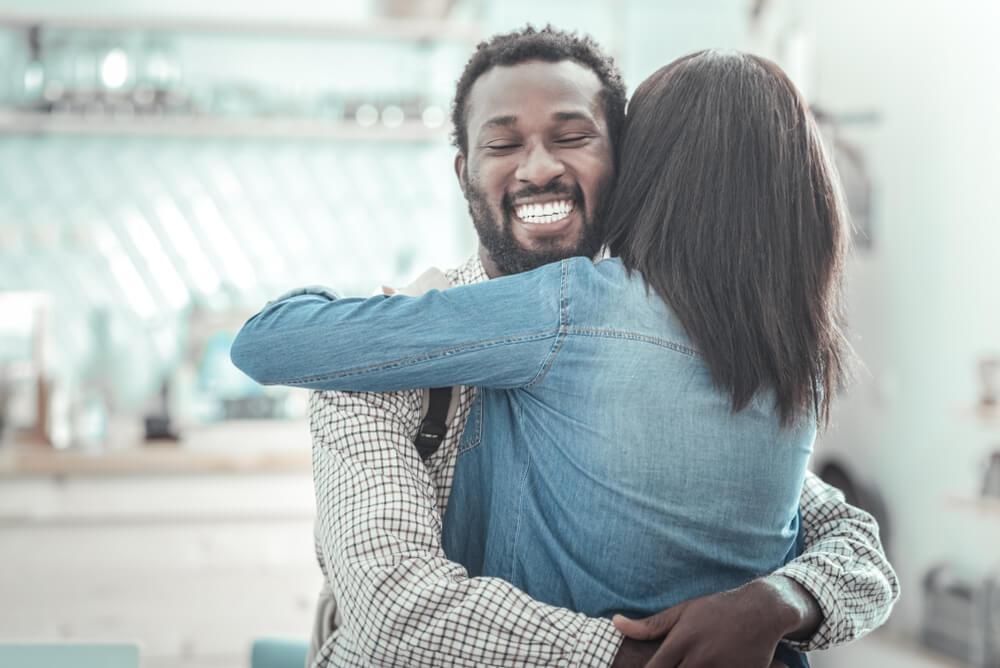 dupla se abraçando representando as necessidades de relacionamento da hierarquia de maslow
