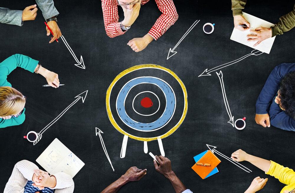 equipe de marketing e alvo representando objetivos no marketing