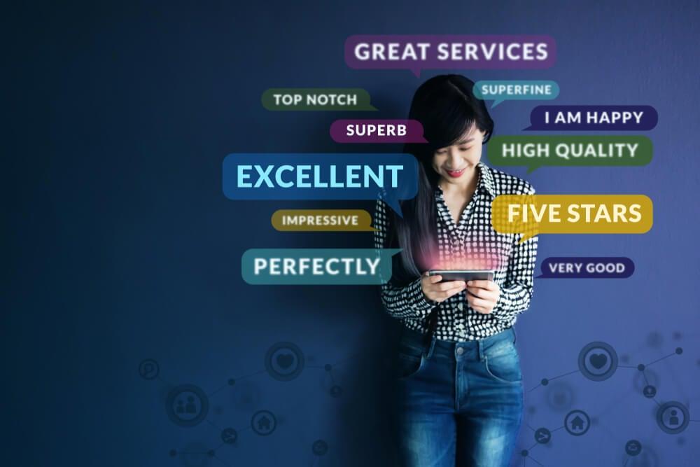 garota ao smarpthone com ilustrações de termos de classificação de experiência