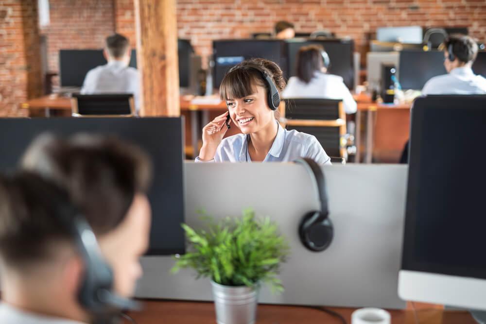 garota sorridente operadora de telemarketing