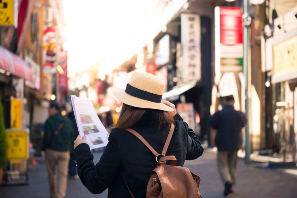 garota turista segurando mapa