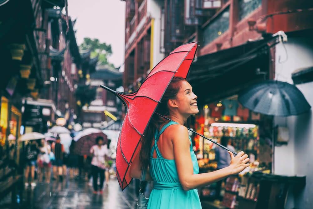 garota turista sorridente