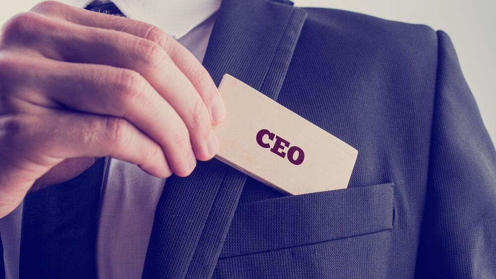 homem executivo colocando anotaçao com a palavra CEO em bolso de terno