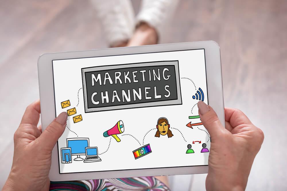 ilustração em tablet sobre canais de marketing