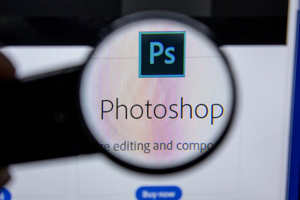lupa ampliando icone de aplicativo photoshop em tela de smartphone