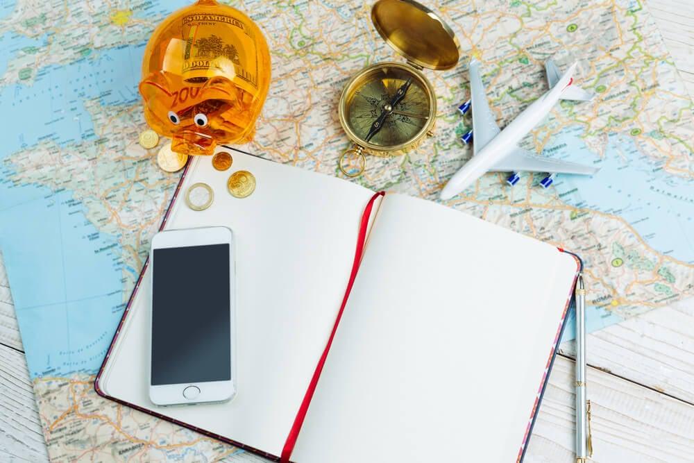 mapa mundi junto de dinheiro e smartphone