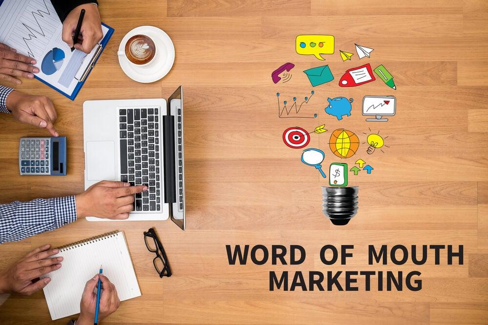 mesa de trabalho de equipe co título marketing boca a boca