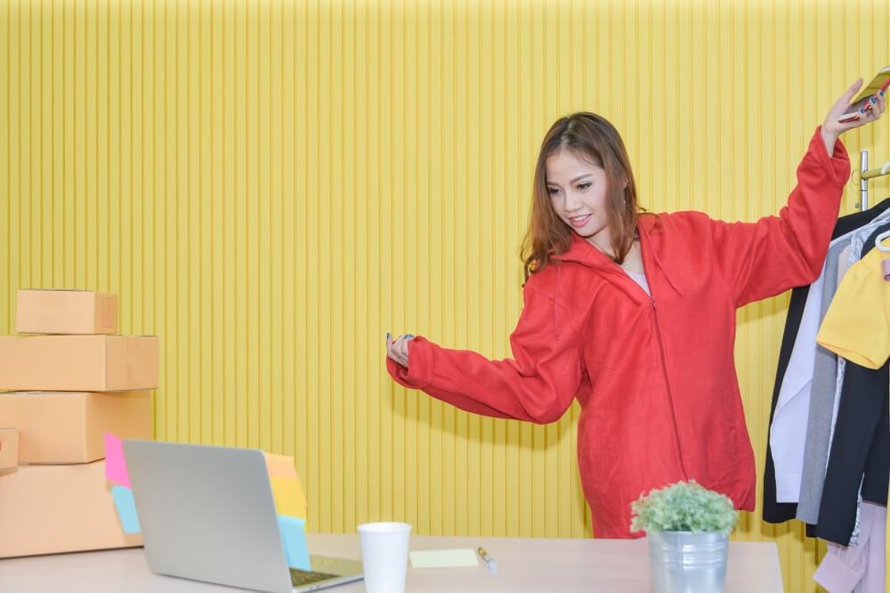 mulher em meio a live do aplicativo instagram para computador em cenario planejado